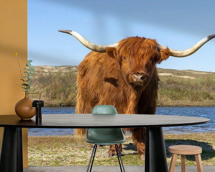 Sfeerimpressie behang: Schotse hooglander bij het water van Barbara Brolsma