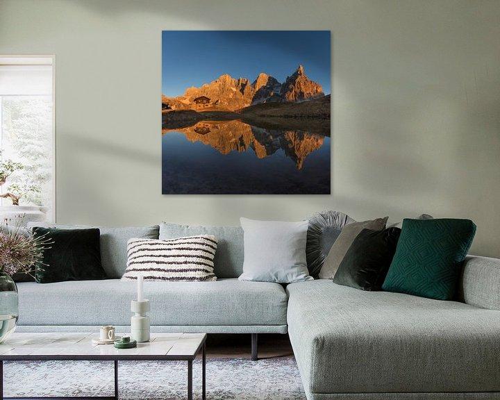 Sfeerimpressie: Gouden uurzonlicht op de bergen - Dolomieten, Italië van Thijs van den Broek
