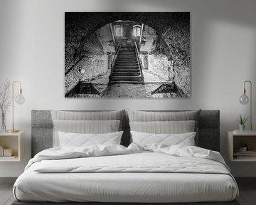 Eine der Treppen in einem verlassenen Gebäude von Gonnie van de Schans
