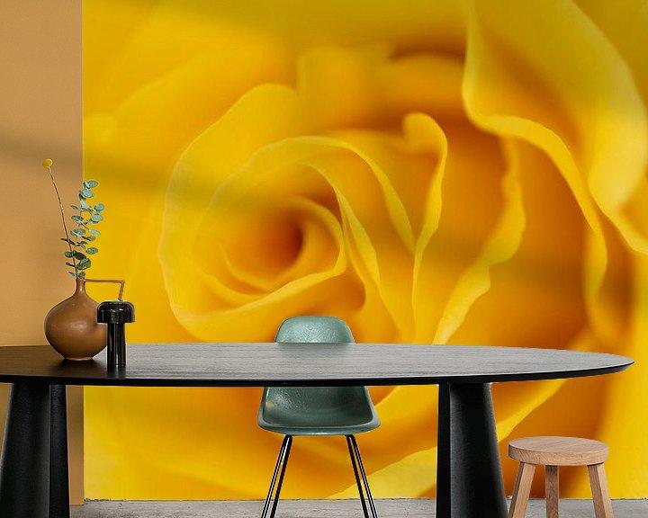 Sfeerimpressie behang: Gele roos van Marc Piersma