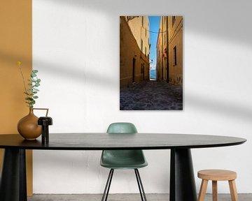 smal straatje in sardinie, castelsardo van Eline Oostingh