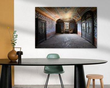 Verlassene Stühle im Zimmer. von Roman Robroek