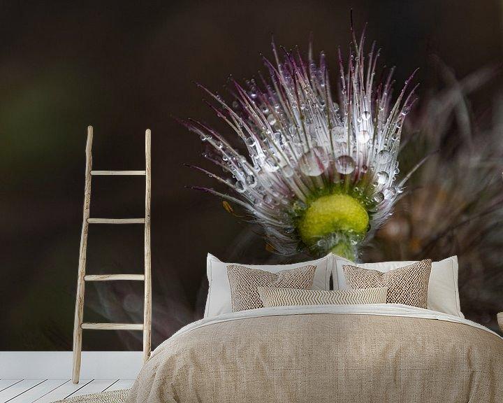 Sfeerimpressie behang: Bloemknop met regendruppels van Ingrid Aanen