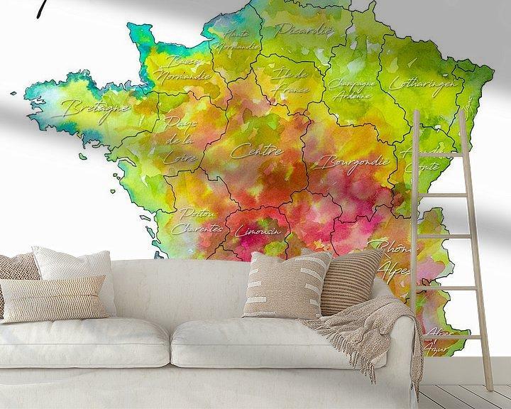 Sfeerimpressie behang: Frankrijk | Kleurrijke landkaart met Provincienamen van Wereldkaarten.Shop