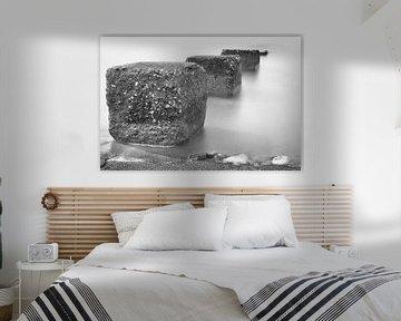Betonblokken die de zee inlopen van Jan van der Vlies