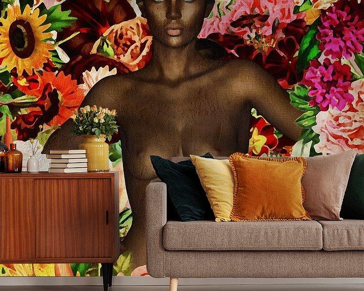 Sfeerimpressie behang: Vrouw van de wereld - Naakt Afrikaanse vrouw omringd met bloemen van Jan Keteleer