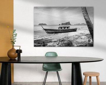 Verlassenes Boot am thailändischen Strand von Mariëlle Debrichy