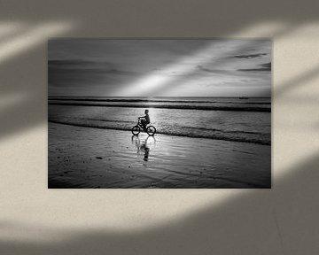 Sonnenuntergang am Strand von Bali von Mariëlle Debrichy