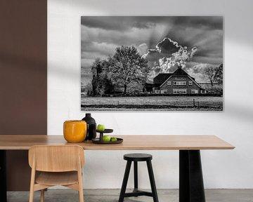 Schwarz/Weiß, Wolken, Bauernhof, Woudenberg, Niederlande von Maarten Kost