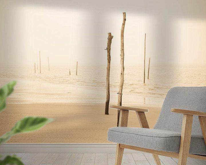 Sfeerimpressie behang: Strandpalen in de mist van robert wierenga