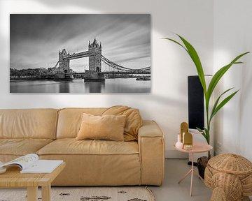 Die Londoner Tower Bridge in Schwarz-Weiß. von Henk Meijer Photography