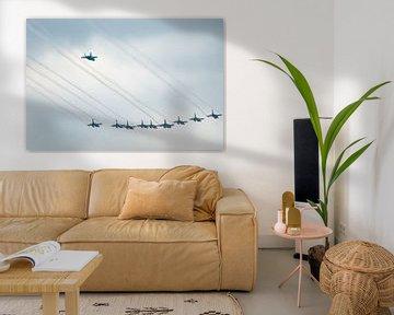 F16 gevecht vliegtuigen in formatie met de F35 er achter vliegend.