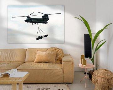 Chinook Vracht helicopter met een Jeep in de lucht