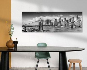 NEW YORK CITY Brooklyn Bridge & Manhattan Skyline | Panorama monochrom von Melanie Viola