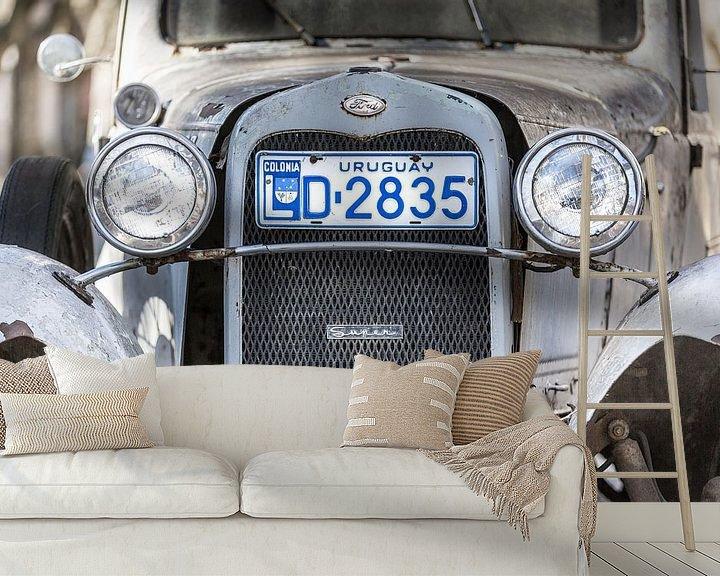 Sfeerimpressie behang: Witte klassieke A-Ford 1931 met grill en koplampen in de straten van Colonia del Sacramento, Uruguay van Jan van Dasler