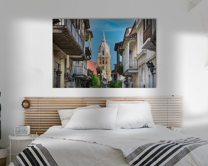 Impression: Rue étroite et colorée avec la tour de l'église à Carthagène, Colombie sur Jan van Dasler