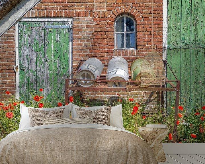 Sfeerimpressie behang: oude schuur met melkbussen en klaprozen van Willem Visser