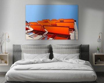 Flatgebouw met oranje zonneschermen von Dennis  Georgiev