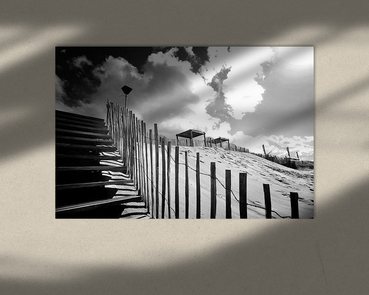 Sfeerimpressie: Duinen, Nederlandse kust (zwart-wit) van Rob Blok