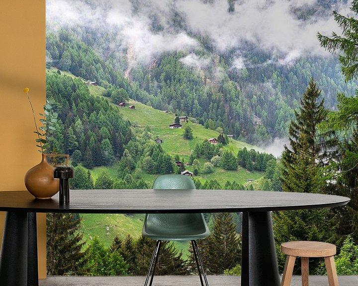 Sfeerimpressie behang: Bergweide in Zwitserland van Ingrid Aanen