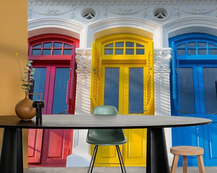 Impression: Portes de style colonial en rouge, jaune et bleu sur Jan van Dasler