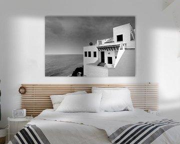 Weißes Haus am Meer, Spanien (Schwarz-Weiß) von Rob Blok