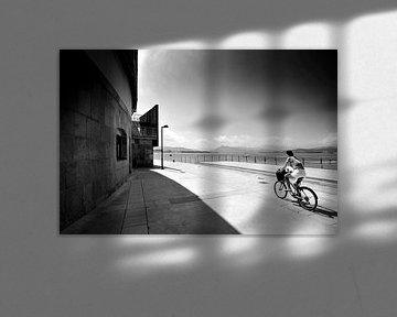Fietser in landschap, Spanje (zwart-wit) van Rob Blok