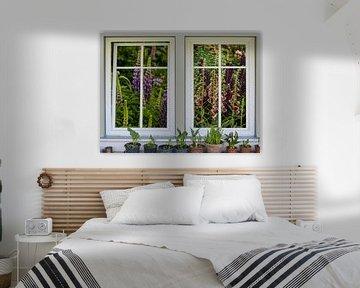 Vue fenêtre - fenêtre fleur avec lupins et dé à coudre sur Christine Nöhmeier