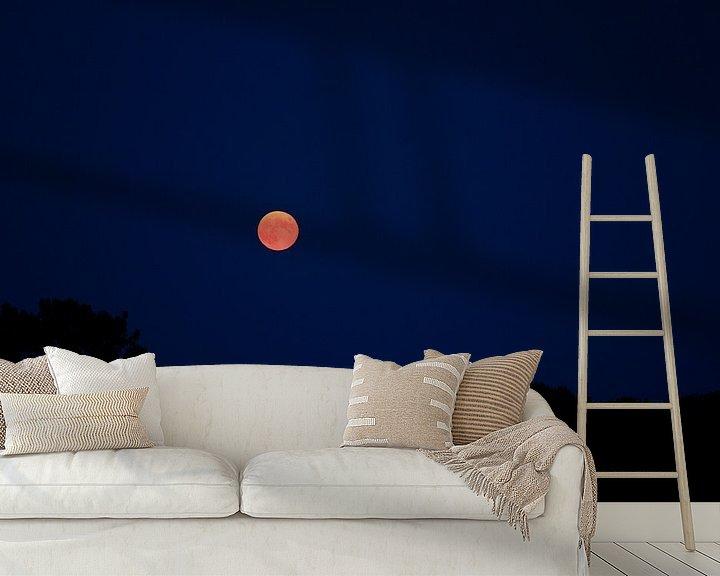 Sfeerimpressie behang: Oranje maan van Jeroen Götz
