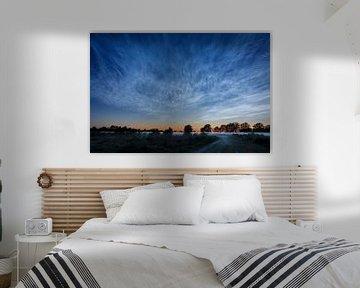Leuchtende Nachtwolken über den Mooren von Karla Leeftink