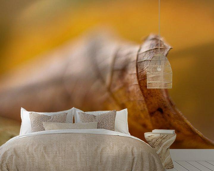 Sfeerimpressie behang: Autumn Leave van Charlene van Koesveld
