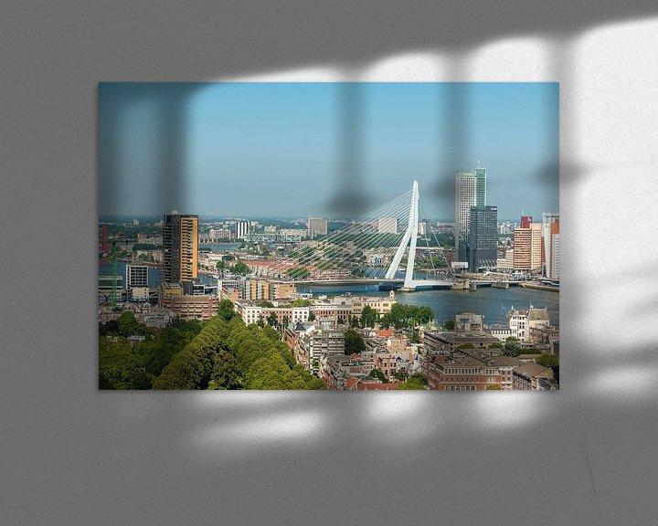 Sfeerimpressie: Rotterdam de Erasmusbrug in een Stadsgezicht. van Brian Morgan