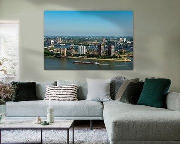 Stad Rotterdam met de haven en de rivier. van Brian Morgan