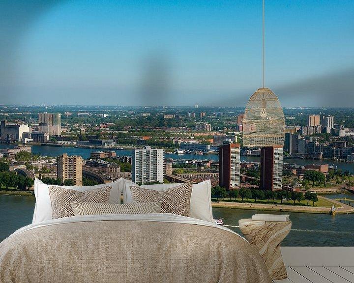 Sfeerimpressie behang: Stad Rotterdam met de haven en de rivier. van Brian Morgan