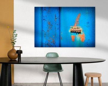 Oud ijzer in blauw en oranje van Danny den Breejen