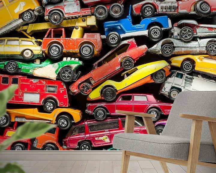 Sfeerimpressie behang: Speelgoedautootjes voor een jongenskamer van Wijnand Loven