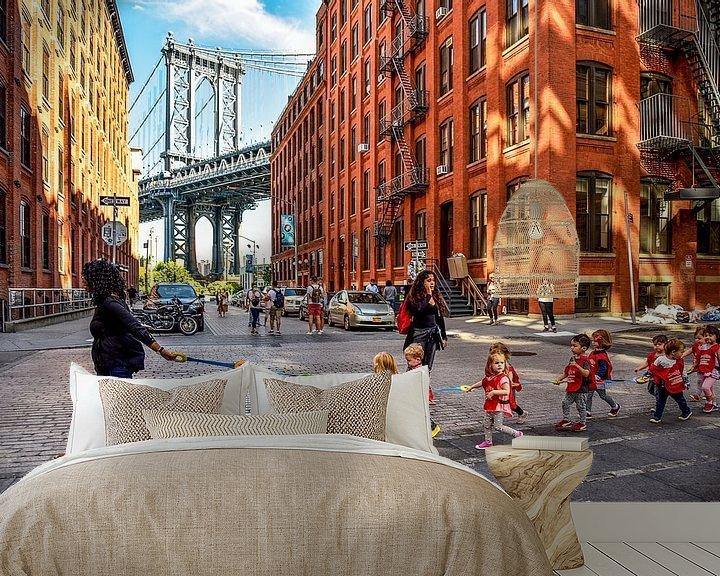 Sfeerimpressie behang: NYC:  Dagelijks leven bij Manhattan bridge in DUMBO van Coby Bergsma