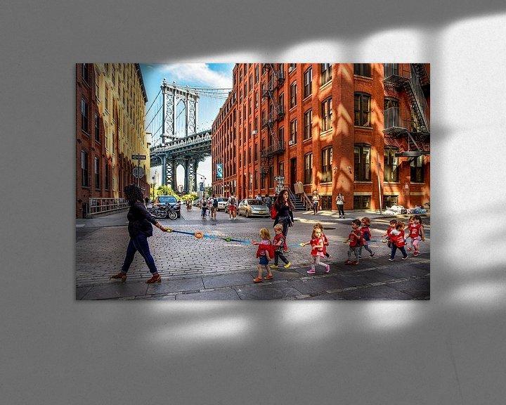 Sfeerimpressie: NYC:  Dagelijks leven bij Manhattan bridge in DUMBO van Coby Bergsma