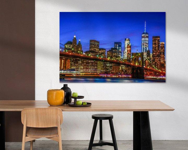 Sfeerimpressie: NYC: Skyline Brooklyn bridge en Manhattan tijdens blauwe uurtje van Coby Bergsma