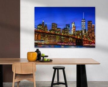 NYC: Skyline Brooklyn Bridge und Manhattan während der blauen Stunde von Coby Bergsma
