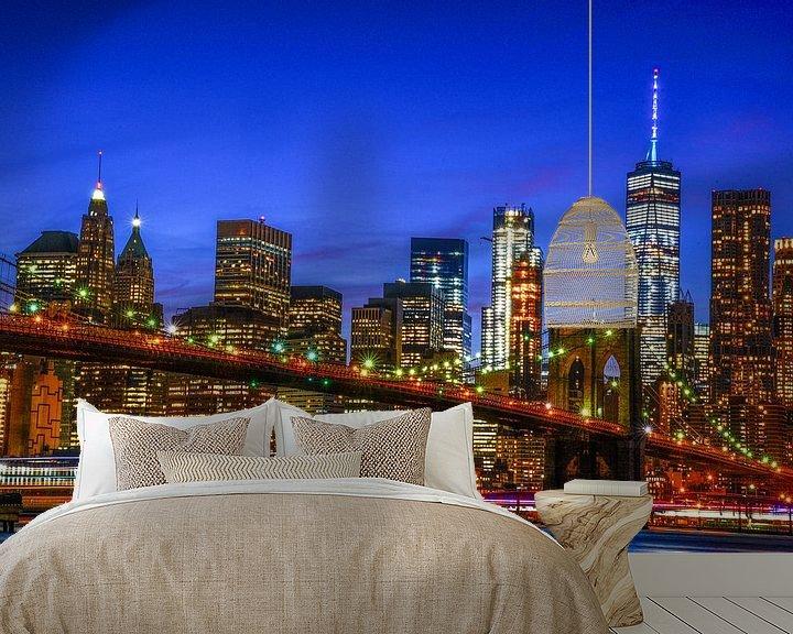 Sfeerimpressie behang: NYC: Skyline Brooklyn bridge en Manhattan tijdens blauwe uurtje van Coby Bergsma