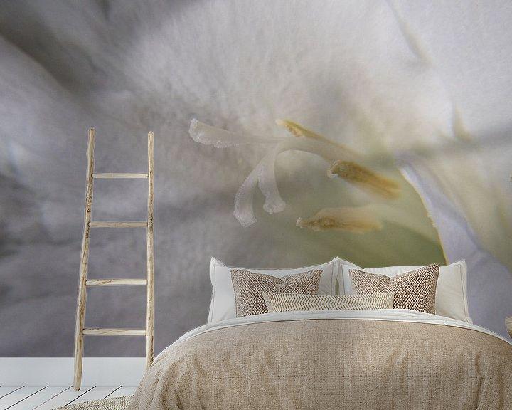 Sfeerimpressie behang: Witte Gladiool van Leo Luijten