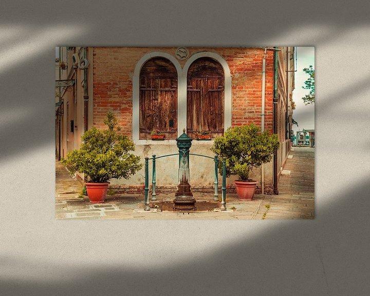 Sfeerimpressie: Oude dorpspomp in Venetie in Italie van Hilda Weges
