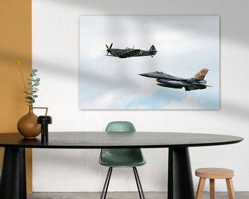F-16 Fighting Falcon met Supermarine Spitfire van Wim Stolwerk