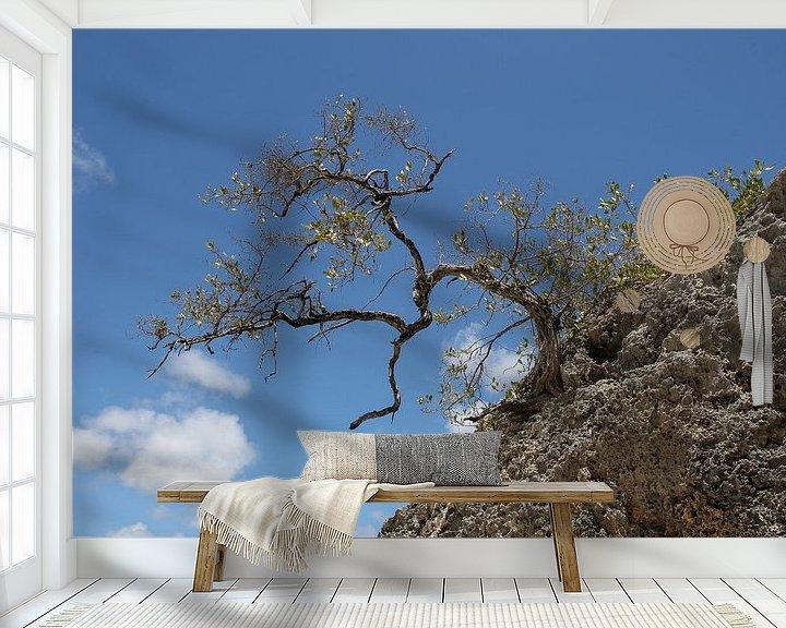 Sfeerimpressie behang: boompje op een rots van Frans Versteden