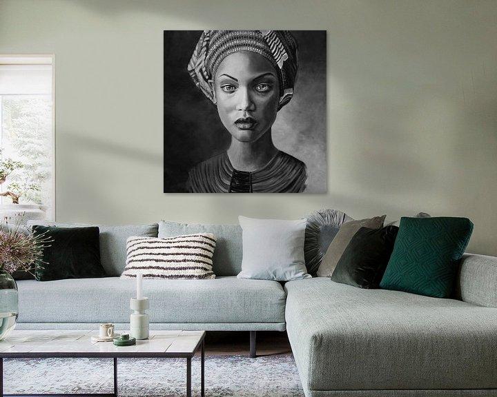 Sfeerimpressie: Schilderij van een Afrikaanse vrouw met hoofddoek, zwart wit van Bianca ter Riet