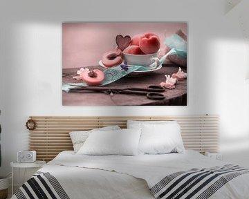 Frische Aprikosen als elegantes Stillleben arrangiert von Tanja Riedel