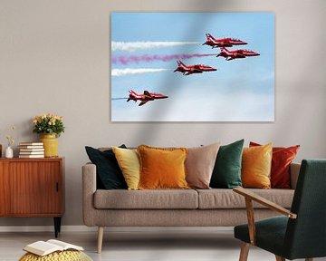 Vier Red Arrows met rode, witte en blauwe rook sur Wim Stolwerk