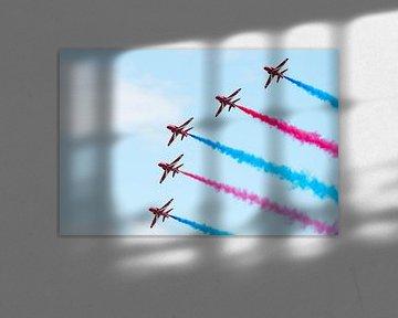 Vijf Red Arrows met rode en blauwe rook van Wim Stolwerk