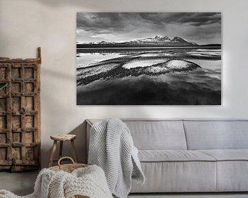 Landschap met halfbevroren meer en bergen in zwart wit van Chris Stenger